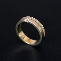 Anatomical Alliance Gold 18k 750 Width 4.8mm Thickness 1.5mm with 1 diamond of 7 points and 26 diamonds of 1 point